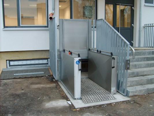 Rollstuhlhebebühne_Behindertenlift_Kärnten_öffentlich 1